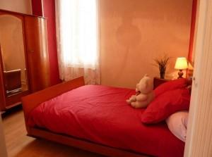La chambre rouge du gîte de Chalon sur saone